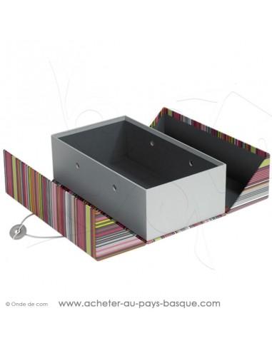 Composez coffret cadeau gourmand déco rectangle rayures basques multicolores carton vide, présenté ouvert