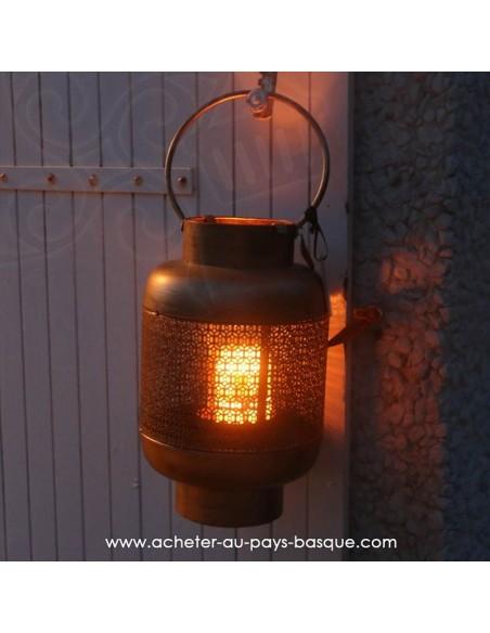Lanterne orientale bronze accrochée au volet Pas Sage et des rêves Biarritz - boutique décoration