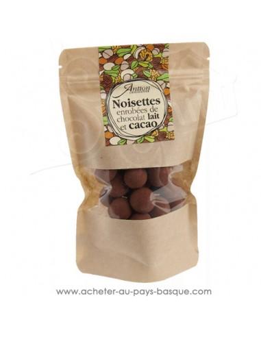 Noisettes torréfiées et enrobées de chocolat lait 24% un petit cadeau gourmand idéal au café ou thé de chocolats basques